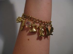 800px-Gold_charm_bracelet